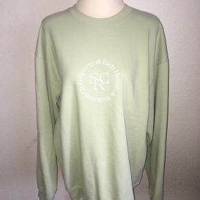 Lysegrøn - mintgrøn - pastel grøn sweatshirt fra sporty & Rich med lille grafisk logo på fronten. Størrelse large.