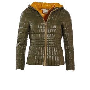 Jeg sælger min dolomite jakke. Får den ikke brugt, da jeg har så mange jakker. Havde den på i går i max en time. Det er alt hvad den er brugt. Mærkerne til jakken har jeg stadig. Fra ikke ryger hjem. 1500,- det er en str small 🙂   Om jakken: Den lette dunjakke Lorezza WJ er en god, pålidelig vinterjakke i perfekt figursyet pasform – skabt til at holde dig varm gennem de danske vintre eller på skituren, hvor de to skjulte lommer kan være praktiske. Lorezza WJ er en kort, varm og komfortabel vinterjakke, hvor hætten kan lynes hele vejen op.