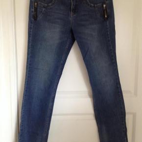 Fede jeans med sød detaljer ved lommer. Brugt få gange. De er lidt store og har stræk. Vil sige de mere er 30-31/34.  Jeans Farve: Jeans