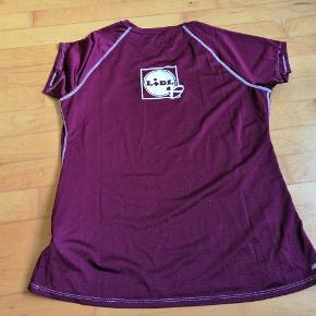 Lækker T-shirt i super kvalitet.  Fået denfor stor, til kvindeløb  Måler Nakke og ned 66 Bryst 49