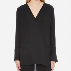 Varetype: bluse Farve: Sort Oprindelig købspris: 1599 kr. Prisen angivet er inklusiv forsendelse.  Flot og elegant bluse. Style 'Triply'.    Brugt meget få gange og fremstår som ny.    Bytter ikke.