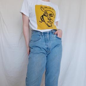 Smart t-shirt med flot one-line design på. Har selv haft den på som et slags oversized look, så kan snildt sige at nok passer alle fra XL til XS