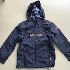 Varetype: overgangsjakke / regnjakke Størrelse: 12 / 152 Farve: marine blå