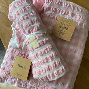Sov godt! Bæk & Bølge er for mange lig med en god nats søvn i det blødeste bløde sengetøj hjemme hos mormor eller farmor. Og netop genkendelsens glæde er inspirationen til vores populære Bæk & Bølge-serie i 100% økologisk bomuld. Dynebetrækket lukkes med knapper, mens pudebetrækkene har kuvertlukning. Sengetøjet i den fine farvekombination pink/hvid er OEKO-TEX®-mærket og kan vaskes ved 60°.   Mål: 140x220 cm og pude:60x63cm Sælger et sæt.  Er aldrig brugt, kun skyllet igennem i vaskemaskinen. Kommer fra et ikke ryger og ikke dyre hjem.