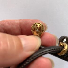 Ole Lynggaard Sweet Drops og armbånd Næsten ikke brugt  Filigran-mønstret 18 karat rødguld prydet med 6 klare hvide brillanter. Samlet 0,048 ct. Top WesseltonG. Klarhed VS1. 10.000,-  Facetteret røgkvarts og 18 karat rødguld, 1 brill. 0,015 ct. TW.VS. i bunden 5.000,-  Brunt Sweet drops læderarmbånd 700,-