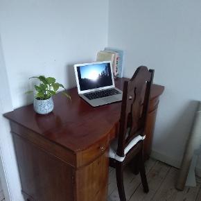 Vintage skrivebord sælges grundet flytning. Det er velholdt og meget funktionelt. Der er 3 skuffer, samt 2 skabe - den ene med hylder.