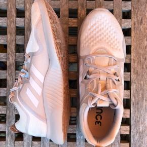Et par Adidas Edgebounce sneakers. De er lidt brugte, men ellers i rigtig god stand.