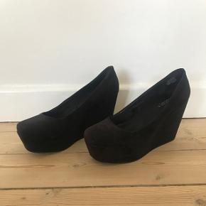 Sorte hæle fra H&M i størrelse 39. Brugt meget få gange og kan ikke se nogen slid udover lidt under skoen. Hælen er 10 cm. Kan afhentes i Søborg eller sendes på købers regning