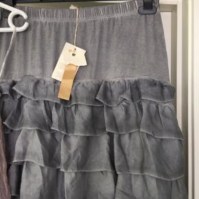 To stk flotte ubrugte nederdele   Dej grå er fra Piro, med Jersey med elastik øverst og flæselag nedad. Går under knæet , helt ny med tags, kostede 1000. Kortere tyl nederdel med Jersey underdel, flot rosa farve fra Lauren vidal , str L, kostede 700  Sælges samlet for 250pp
