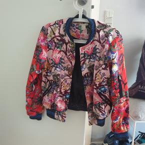 Det er en bumper jacket. Pris er eksklusiv fragt