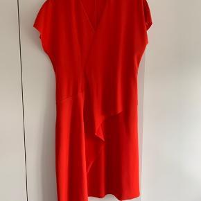Smuk COS kjole i str. 36. Den er brugt en enkelt gang men er desværre for stor til mig