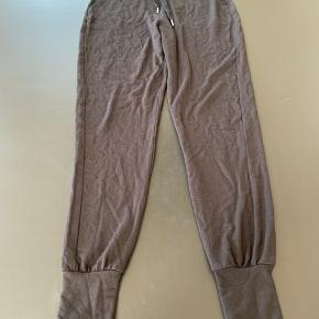 Sælger disse joggingbukser i tyndt stof fra Gina Tricot, str. Xs.