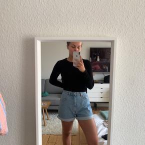 Højtaljede denim shorts fra ZARA, aldrig brugt. Bytter ikke og køber betaler fragt.