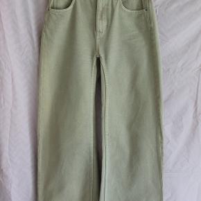 Lækre highwaist sandfarvede jeans fra Weekday.  W29 L32.  Kun brugt ca. 5 gange.  Super god stand.