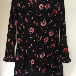 Fin kjole fra H&M. Aldrig brugt. Str 42. Kan sendes på købers regning eller hentes i Helsingør eller på Frederiksberg.