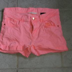 Shorts i smart farve. Fast stof.