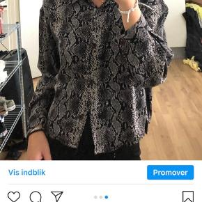 Slangeskindsskjorte fra zara i str xs :).