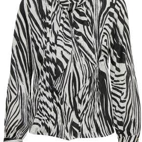 Helt ny skjorte fra Gestuz med aftageligt bindebånd i halsen.