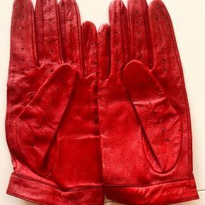 Flotte læder handsker, de er aldrig brugt men er blevet plejer med læderfedt.   Str M/L, syntes de virker ret små i str.