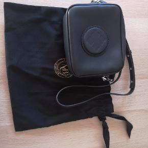 Super fed lille kamerataske. Sort lækkert kraftigt skind men sølv hardware. Kun brugt 1 gang.