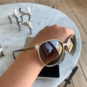 Solbriller fra Versace købt i New York og har aldrig nogensinde været brugt. Købte dem for, hvad der svarer til 2700kr. Kasse og etui medfølger.   BYD gerne