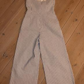 Stribet (blå og hvid) Zara stropløs jumpsuit i str. M, stort set aldrig brugt! Nypris 450. Den har en udskæring på maven som giver et super fedt udtryk. Byd endelig:)