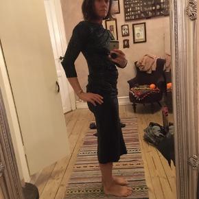 fræk sort pailletkjole fra Vivienne Westwood Anglomania kollektionen. Sort etuikjole med draperinger og sorte pailetter. Str. medium. Længde 117cm. 450kr Kan hentes Kbh V eller sendes for 38kr DAO
