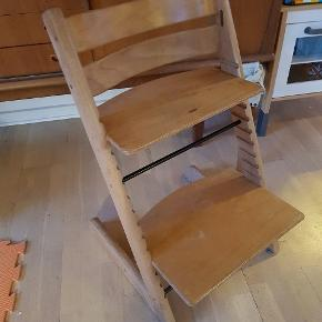En super solid Trip Trap stol, men synlig brugt med almindelig slidt, som kan forbedres med lak/maling. Bøjle med rem haves ikke. Købte den brugt i sin tid. Sælges til 300 kr. Bud er velkomne. Afhentes i Esbjerg.