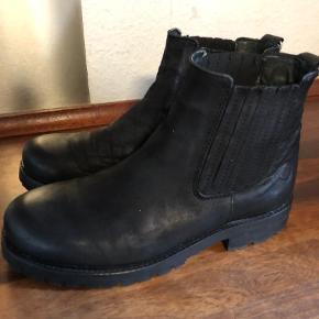 Brand: Ca'shott Varetype: Ankelstøvler Farve: Sort Prisen angivet er inklusiv forsendelse.  Lækre støvler fra Ca' Shott brugt få gange og fejler intet.