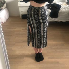 Dejlig lang nederdel med slids i 100% viskose  Aldrig brugt😯