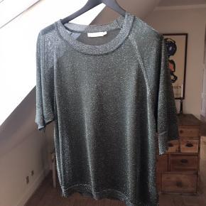 Super smuk armyfarvet t-shirt med sølvnister fra Rabens Saloner. Fremstår som ny!
