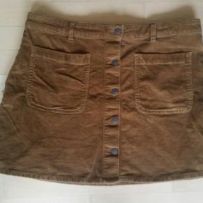 Flot nederdel str. 44 i fløjl Længde: 43 cm Livvidde: 96 cm Stræk
