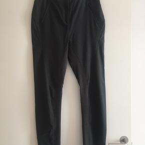 """Mørkegrå bukser med Rib indvendig på benet og lynlås i sidelommen. model: TEO  De er ALDRIG BRUGT købt for små.  De kan bruges enten som højtaljet eller man kan trække dem lidt ned på """"hoften"""" så de får et mere cool og baggy look.  Ny pris 1299kr  Kan sendes på købers regning"""