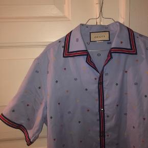 Skjorten har to pletter bagpå, som ikke er tydlige eller forsøgt fjernet