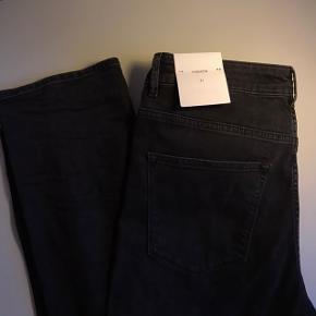 Hej Jeg sælger disse helt nye lækre jeans fra 2nd Day der har størrelsen 31. Hvilket er størrelsen i livet. Bukserne måler 81cm fra skridtet til bund og 40cm i livet. Modellen hedder Fashion og er i farven Black Denim. Er købt til et lagersalg, hvor jeg ikke havde mulighed for at prøve dem. De sælges da de desværre ikke passer mig.  Bukserne er lidt krøllede, da de er fundet i en rodekasse, men de fejler intet:)) Billederne viser buksens brede i livet og længde fra skridt til bund, skriv endelig hvis du vil have mål af andet eller flere billeder:))  Bukserne koster fra ny 1200,- Jeg har købt dem til halv pris. Sælges for 350,-