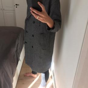 Frakke i 45%uld, 32%viskose og 19% polyester. Frakken har fire lommer foran, to i hver side. To af dem er med tryknap - de andre to (de øverste) er uden lukning. Frakken er ikke foret.   Frakken er en str xs/s, men den er lidt stor i størrelsen. Jeg er normalt en small.   Frakken er købt i weekday for et par år siden og har stort set ikke været brugt. Et par enkelte knapper sidder dog lidt løst, men det har de altid gjort. De kan nemt strammes med lidt tråd, og der følger desuden to ekstra knapper med.  Nypris: 1800 kr  Fragt: betales af køber. Prisen er eksl fragt.