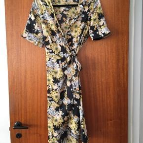 Kjole med bindebånd i taljen. Virkelig fin til sommer. Aldrig brugt
