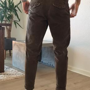 Fløjlsbukser i str. 30/30 modellen er tapered fit