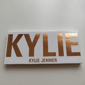 Kylie Cosmetics Royal Peach øjenskygge palette. Den er udsolgt på Kylies hjemmeside lige nu.Den er brugt 3 gange. Har ikke længere kvittering eller ordre bekræftelse fra Kylie Cosmetics. den er ca. et år gammel.   Der er også blevet betalt told for denne, og derfor er prisen sat som den er. Prisen er fast og køber betaler porto.   Sender med Dao.