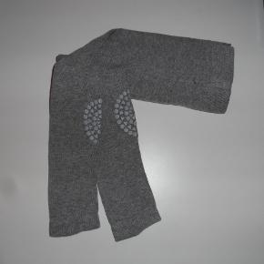Go Baby Go leggings med gummi str. 6-12 mdr.   Beskytter knæ og tøj, når baby kravler.  Byd :-)