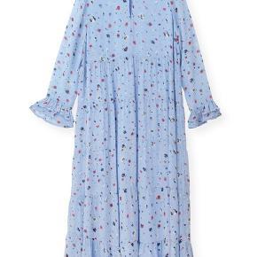 Der er et meget lille hul i syningen bag på kjolen i kanten. Det er syet, så man ser det knap - ellers er den i superfin stand.