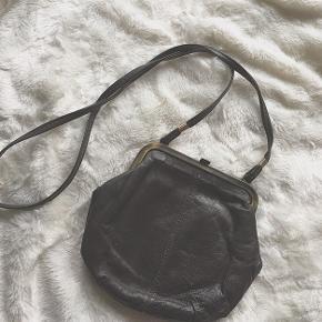Fed vintage lille skuldertaske fra 50'erne. Har den helt rigtige patina.   Kan sendes på købers regning, eller afhentes i Randers. Fri fragt ved køb for over 200kr! 🌸 Mængderabat gives altid 💛