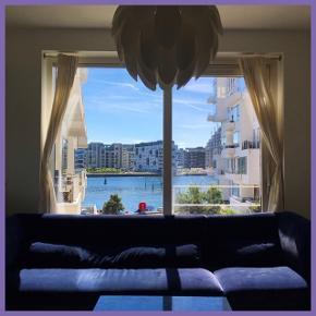 Mørkeblå velour 3 personers velour sofa. Så fin stand. Skal afhentes i Kbh V.  Ydre mål:  Længde: 293 cm.  Bredde: 90 cm.  Ryghøjde: 82 cm.  Indre mål: Bredde: 63 cm.  Siddehøjde: 43 cm.