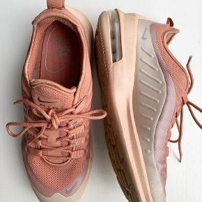 Nike Air Max, små i størrelsen, svarer til en 37-37,5. Brugt under 10 gange. Fast pris. Bytter ikke!