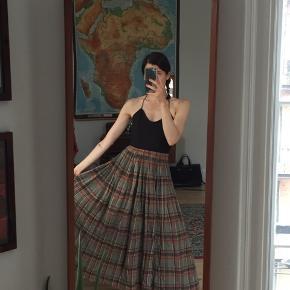 Vintage nederdel med elastik i taljen. Fitter S/M. God stand.