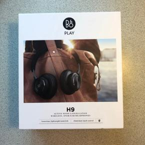 Sælger mine B&O H9, da jeg ikke får dem brugt lige så meget som ønsket. De er købt d.13/12-2018, men er kun blevet brugt 5-10 gange. De fremstår derfor helt nye uden skader. Alt medfølger: Kassen, oplader, hovedtelefonerne og pose til hovedtelefonerne.