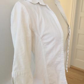 Kridhvid stretch skjorte - figursyet med hægte lukning foran.  Brugt 1 gang og vasket 1 gang.