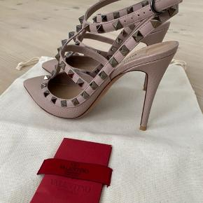 Smukkeste valentino stilletter. De er brugt 1 gang.  Hælen er ca 10 cm. De er en svag Rosa/beige farve.  Dustbag og kvit medfølger. Bytter ikke.