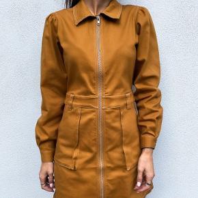 Skøn kjole fra Resume, modellen hedder Annika dress og er med krave, lange ærmer og lukkes med lynlås foran. Kjolen er a-formet i en og den er almindelig i størrelsen +/- en str.  Fremstillet af: 95% bomuld, 5% elastan  Respekter venligst at jeg ikke bytter og køber betaler porto samt gebyr ved tspay.