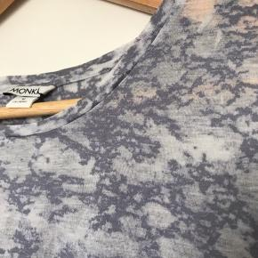 T-shirt fra Monki med mønster i blå nuancer. Fejler ingenting.